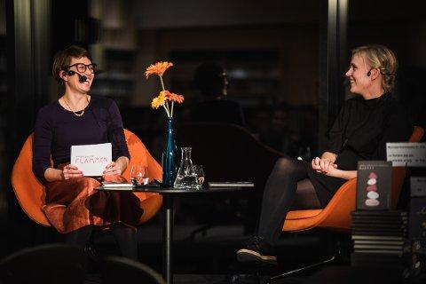 BOKBAD: Kjersti Skomsvold i samtale med Monica Blegvad. Foto: Nikolaj Blegvad.