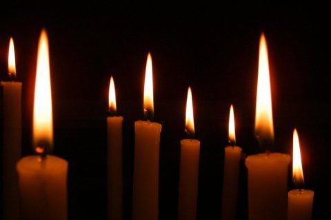 LYS I MØRKET.  Det å tenne lys for sine kjære som har gått bort, kan være en trøst for mange på allehelgensdag. (Illustrasjonsfoto: Colourbox)