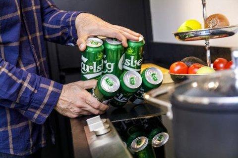 NYPATENT:I stedet for plastringene som tidligere ble brukt for å samle ølbokser til en sixpack, brukes nå et miljøvennlig lim. Du skiller boksene ved å dele sixpacken i to og deretter vri boksene av.