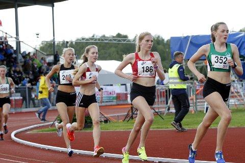 MEST FORNØYD MED 3.000 METER. Hannah Berntzen Engevik (186) ble nummer syv både p 1.500 og 3.000 meter i sitt første junior-NM. (Foto: Dag Eliassen)