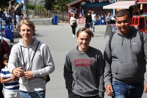 FORNØYDE: med annerledes skoledag. Jørgen Aasen, Peter Rønnbeck Nilsen og Sabian Pacyna koser seg på Tusenfryd .