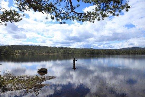 GÅR HAN PÅ VANNET? Det skriver Gro Jahr Huso om bildet hun har lagt ut av ektefellen på fisketur ved Stor-Øyungen.