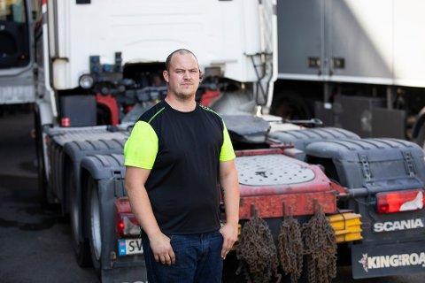 REN GALSKAP: Marius Johansson i Henanger Transport har flere ganger hatt el-biler tett opp i bakenden av traileren sin. – De utsetter seg selv for livsfare for å spare noen kilowatt, sier han hoderystende.