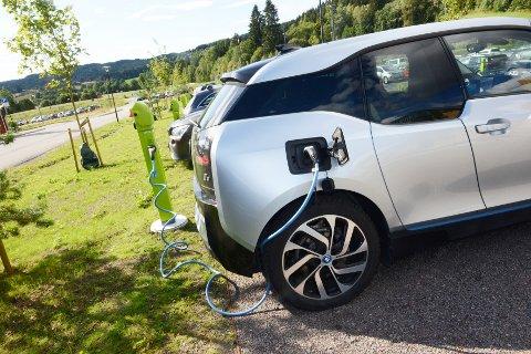 BEGGE VEIER: En fulladet elbil kan bli et kjekt batteri for heimen hvis strømmen går.