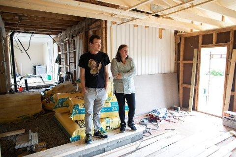 John Arild Nipen og konen Marielle Nipen er fortvilet etter at deres første huskjøp endte som et mareritt. Foto: EMIL WEATHERHEAD BREISTEIN
