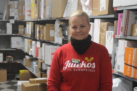 MÅTTE UTVIDE: Butikksjef Camilla Berg Ved Bunnpris ved Nittedal stasjon forteller at de merker den økte netthandelen. De måtte utvide Post-i-butikk delen da de tok i bruk nye lokaler.