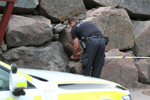 SPERRET AV: Politiet sperret i juni i år av området der knivstikkingen fant sted. Hendelsen skjedde i juni 2019. Nå er en mann tiltalt i saken.