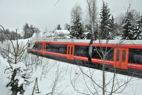 UTREDET:Gjøvikbanen ved det aktuelle kryssingspunktet i Tumyrveien, med Nordliveien på den andre sida.