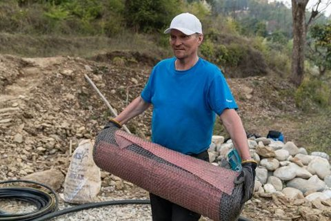 Nittedølen Odd Skriden under arbeidet med å sikre vanntilførsel til innbyggerne i landsbyene Khagitada og Simaltoli i Nepal (Foto: Privat).