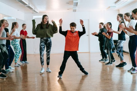 BEDRE PLASS OG FLERE GRUPPER: Nå får danserne enda flere kvadratmeter å boltre seg på. Her heies Christopher Kjølberg fram av instruktør Jorunn Wangen Kallhovd og de øvrige på gruppa under en av rundene med Soul Session Community denne våren.