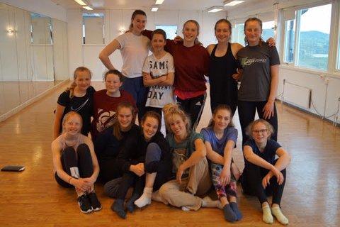 Gjengen fra Danseverket i Nittedal sammen med instruktører i Streetkulturen.
