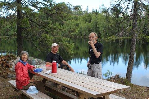IDYLL: Det er flott å raste ved Flabben, for her har Askveien Vel ordnet bålplass og sittebenk. Her er det Linda R. Parr, Arild Halvorsen og Harald Aasen som koser seg på tur.