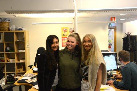 TRIVES: Sommervikarene på DIplom-Is stortrives i jobben. Fra venstre: Ingrid-Caroline Bøe, Celine Nordlie Stulen og Ingrid Bergsten.