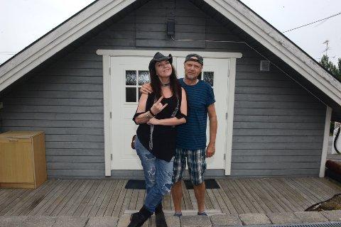PÅ TURNE: Stacie Collins (foran) er for tiden på turne sammen med bandet sitt, de avslutter turnen på Bygderock her i Nittedal. (bak) står hennes gode venn Kåre Leth som med bandet Bony Maroine også skal opptre under festivalen.