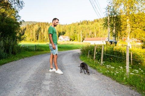BLE PÅKJØRT HER: Hundeeier Lars Meisingseth på stedet der hunden Bella ble påkjørt og drept. Her med Bellas søster, Blue.