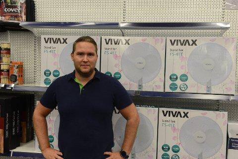 VIFTE-SESONG: Knut Berglid Bolstad, kan fortelle at salget av vifter har skutt i været for Elkjøp Nittedal,. Det er kanskje ikke så rart med varmen som har vært de siste ukene.