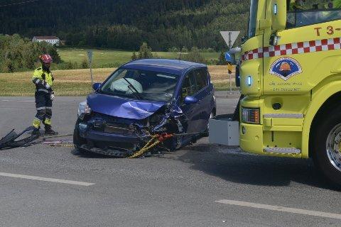 VRAKET: Begge bilene som kolliderte ved krysset Rv.4/Sagstuveien fikk store skader, men det er bare snakk om lettere skader på personene som kjørte bilene.