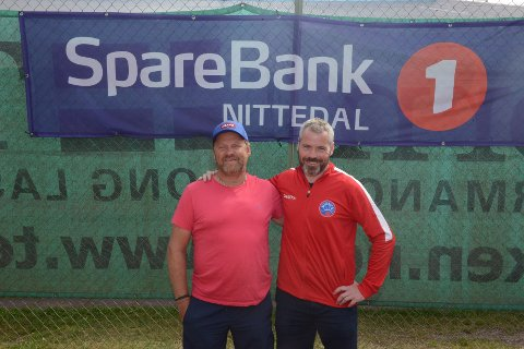 TENNIS FOR ALLE PENGA: Hardhausen tennisturnering blir arrangert for ellevte gang på Bjertnestangen. fra venstre har vi arrangørene i NIL Tennis: Knut Eirik Bartnes og Svein Are Lapstuen