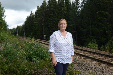 PLAGET: Dorothee Harms er en av flere beboere som plages av tutinga når toga passerer rett på oversida av boligområdet på Åneby.