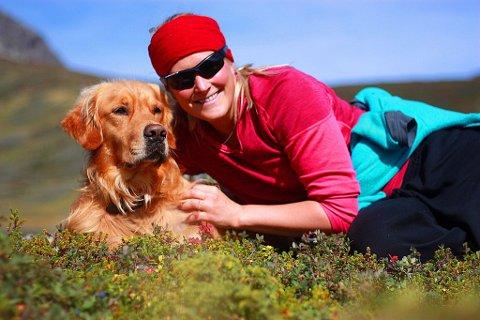 GODE VENNER: – Chili er en helt super familiehund og turkamerat, i tillegg til å være en god konkurransehund, sier Karianne.