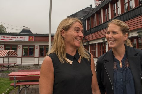 SJEFENE: På Mortens Kro er det kvinnene som styrer. Daglig leder er Siw Hausmann (t.v.) og Heidi Hansen er innehaver (Heidi er nylig tilbake på jobb etter permisjon, red.anm.)