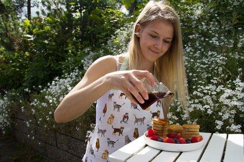 GLAD I KAKER: – Jeg savnet en kokebok for dem som er glad i kaker, men som har eggallergi, forteller Silje Johansen. Den bakeglade 25-åringen endte med å skrive en slik bok selv.