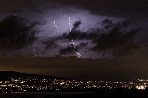 NYE MULIGHETER: Dårlig vær til helgen gir nye muligheter til å se lynet slå ned over Romerike.