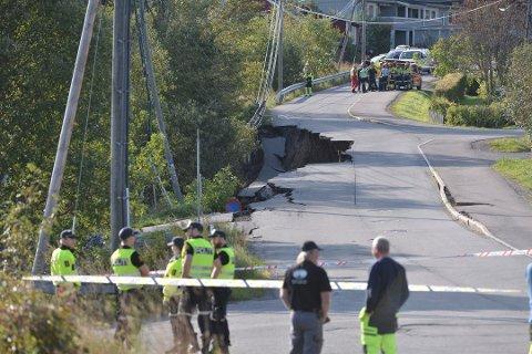 SPERRERT: Deler av veien har sklidd ut etter jordraset mandag formiddag.