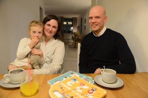 KJØRE TIL BARNEHAGEN? De er spent på barnehageopptaket i august, Sanna (3), mamma Liv Bergqvist og pappa Odd Eirik Seipäjärvi. I mars flytter de til Kruttverket. Får de barnehageplass i Søndre, får de utfordringer med hverdagslogistikken.
