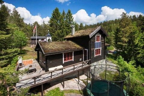 TØMMERHYTTE: Eiendomsmegler i Sem & Johnsen eiendomsmegling, Erlend Sørli, sier denne hytta på Holterkollen er blant de mer spesielle han har jobbet med i nærområdet.