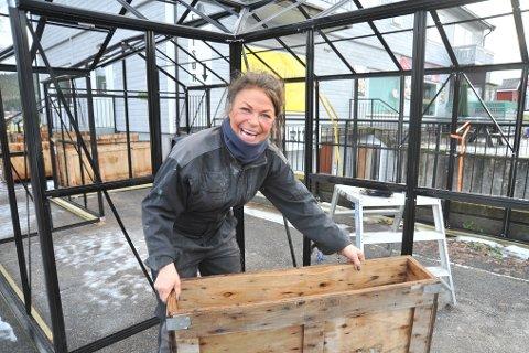 ÅNEBYSENTRUM:Else Tvedt rigger opp blomsterkasser og drivhus utenfor det som skal bli et blomstersenter nord i bygda.