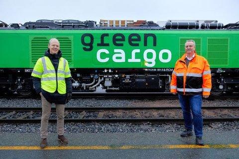 NYTT LOKOMOTIV: Det nye lokomotivet skal kunne gå både på strøm og diesel. Fra venstre: Oskar Stenstrøm i Bane NOR og Bengt Fors i Green Cargo.