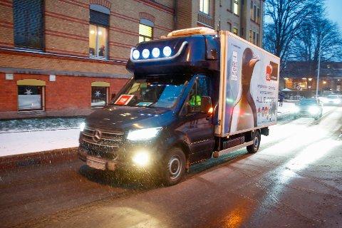 VAKSINETRANSPORT: Bilen med de første koronavaksinene kom til Ullevål sykehus lørdag morgen.