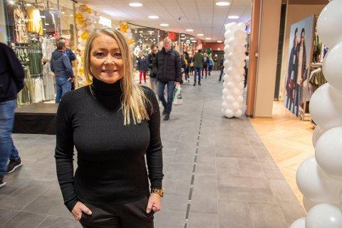 Senterleder Lene Eriksen ved Mosenteret. NB: Bildet er tatt før påbudet om munnbind i det offentlige rom ble innført.