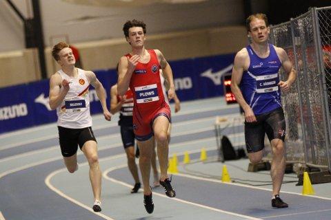 IMPONERTE: Sebastian Plows (i rødt) imponerte med ny innepers og bronse på 400 meter under senior-NM i Bærum i helga.