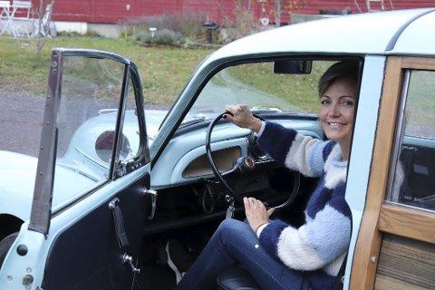 GAVE: Wenche Hansen fikk en 1971 Morris Minor 1000 woody wagon i gave. Dermed våknet bilinteressen.