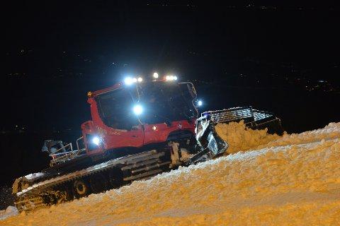 FLYTTER SNØ. Torsdag kveld jobbet løypemannskapene for fullt med å kjøre ut snø og forberede åpning av Olaløypa.