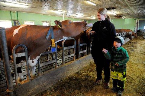 ENTIDEROVER:Trude Onstad og sønnen Jonas fra da de fortsatt hadde melkekuer på båsen på Bøhler gård.