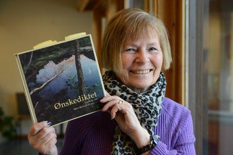 """DIKTLESING MED LAV TERSKEL. - Det er dette det handler om, å dele ønskedikt med hverandre, sier Kirsti Graff. Norden-lederen har fått god oppslutning rundt """"Del et dikt"""", som arrangeres på biblioteket førstkommende torsdag."""