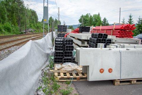 SKAL UTFØRE ARBEIDER: I august og september skal Bane Nor forberede instalasjon av nytt signalanlegg ved Åneby stasjon. Dette arbeidet vil medføre arbeid nattestid. Bildet er tatt tidligere i år.