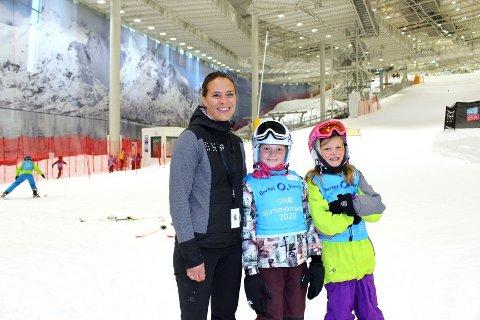 KOSER SEG PÅ CAMP: Mille Dogger Kringler og Amanda Isabell Stahlstrøm Johansen er blant deltakerne på sommercampen i skihallen Snø. - Vi var litt spente på hvordan det skulle bli med over 120 stykker, men det har gått bra, sier Snø-koordinator Hege Øwre-Johnsen.