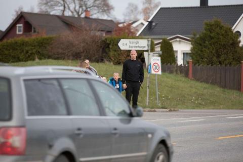 TREN: Barn oppfatter trafikken annerledes enn voksne. Derfor er det lurt å trene på å gå til skolen.
