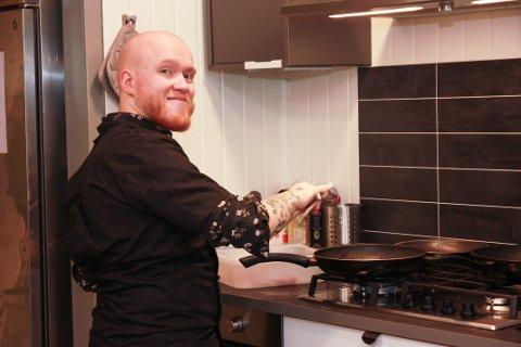 TRIVES: Glenn Friborg (23) har jobbet på Puls kafé og kjøkken i Åneby i en måned og stortrives.