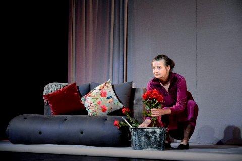 EN PERLE FOR VOKSNE. Lørdag 3. oktober gjester Liv Hege Nylund Flammen med den kritikerroste forestillingen «Skam deg, Mayliss!», regissert av Marika Lagercrantz.