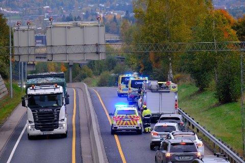 ULYKKE: Nødetatene rykket ut til en trafikkulykke på riksvei 4 onsdag ettermiddag. Nordgående løp ble stengt som følge av ulykken.