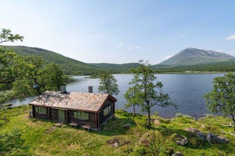 Hytta ligger svært idyllisk til helt nede ved vannkanten.