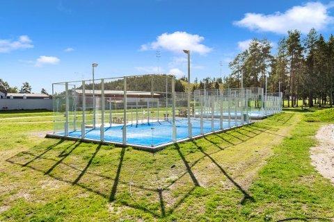 NYTT TILBUD: Nittedal tennisklubb vil i løpet av noen uker sette opp en slik padel-bane, mindre inngjerdet bane for en sport som er en mellomting mellom tennis og squash, ved anlegget i Bjertnestangen.