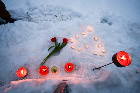To personer er nå bekreftet omkommet etter skredet i Gjerdrum. Lys og blomster er lagt ned i nærheten av skredområdet i Gjerdrum.