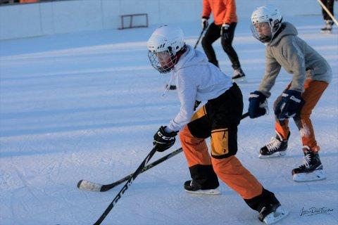 """POPULÆRT: Skøyter har blitt populært. Tolvåringene Kristian Sveen og Kasper Klem er to av de mest ihuga og har visstnok """"bodd"""" på isflata ved Sentralidrettsanlegget siden den åpnet.."""