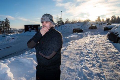 – Vi forstår at folk er nysgjerrige på hvordan skredet ser ut og hvordan redningsarbeidet pågår, men det er kanskje litt i overkant det som skjer nå, sier John Anders Skoglund, som bor i området der folk møter opp for å kikke.